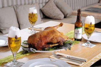 Bier ist nicht nur zum Einpinseln der Gans nötig - ein gutes Pils rundet das Festessen erst richtig ab. Foto: djd/Brauerei C. & A. Veltins