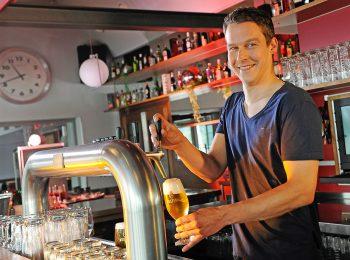 Das perfekte Pils braucht sieben Minuten? Ein Mythos - denn tatsächlich sollte ein frisches Bier in drei Minuten und drei Zügen gezapft werden. Foto: djd/Brauerei C. & A. Veltins