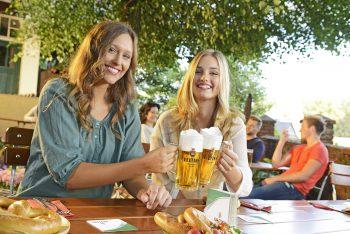 Bei Biergärten hat man heute die Qual der Wahl: Das entsprechende Angebot an Lokalitäten ist mittlerweile in allen deutschen Regionen außergewöhnlich groß. Foto: djd/Brauerei C. & A. Veltins